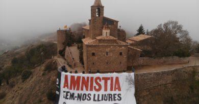 Òmnium Solsonès reclama l'amnistia instal·lant una pancarta gegant al mur del Castellvell
